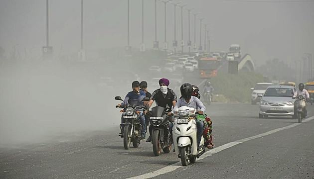 Dust from construction waste on NH-24 near Akshardham Tample in New Delhi.(Ravi Choudhary/HT photo)