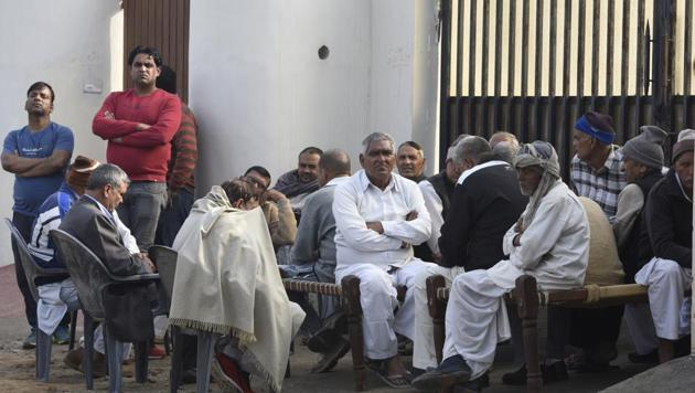 Family members and relatives mourn the death of Sri Krishan, 74, father of gangster Manjeet Mahal.(Sonu Mehta/HT PHOTO)