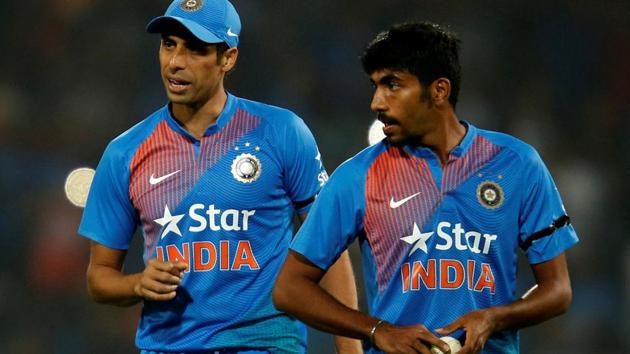 Jasprit Bumrah and Ashish Nehra during the final over of the second India vs England T20 international in Nagpur on Sunday. Bumrah bowled the last over as India clinched a thrilling last-ball win.(REUTERS)