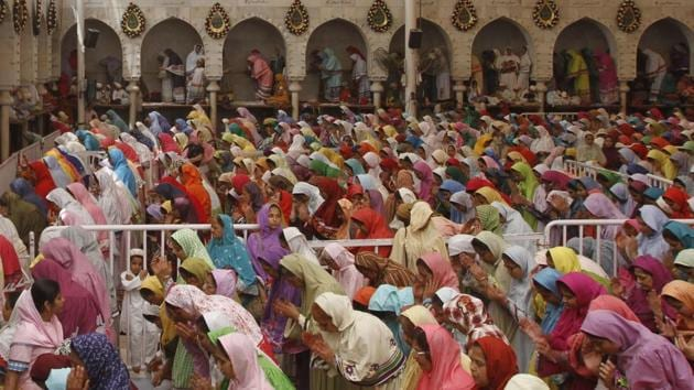 People of the Dawoodi Bohra community take part in a final prayer in Mumbai after the end of a 40-day mourning period post Syedna Mohammed Burhanuddin's death.(HT FILE)