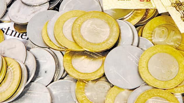 Instances abound of customers being turned away at shops for giving a Rs 2,000 bill to purchase goods worth, say, Rs 650 since shopkeepers didn't have enough lower-value notes to return the change.(Mint File Photo)