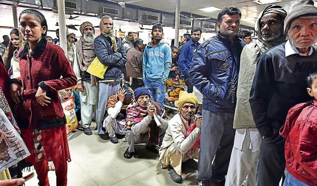 Patients wait for their turn for free medicines at Guru Teg Bahadur (GTB) hospital in New Delhi.(Raj K Raj/HT PHOTO)
