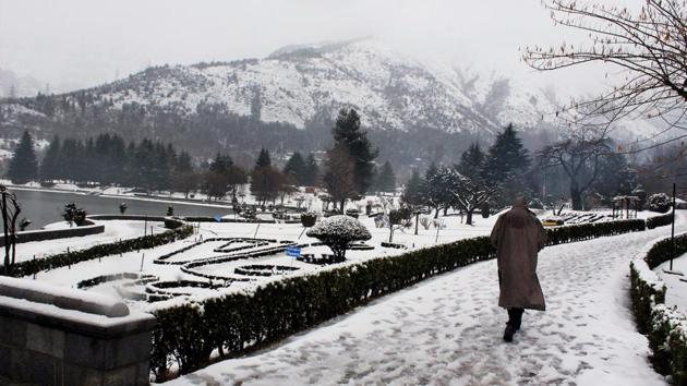 A snow-covered park in Srinagar on Sunday after the Valley received fresh snowfall.(PTI)