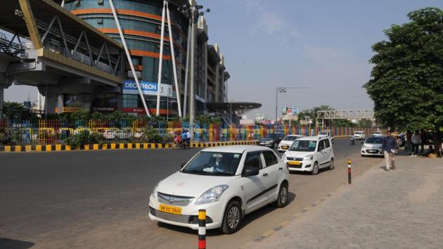 Ola and Uber cabs are popular among Delhi commuters, especially for those travel long distances. The ride-sharing option is an added plus as it makes commute relatively cheaper.(Parveen Kumar/HT File Photo)