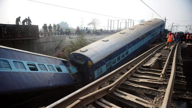 Indian officials and bystanders gather beside the wreckage of train carriages at Rura, some 30kms west of Kanpur on December 28, 2016, following a train crash in the northern Indian state of Uttar Pradesh. At least two people died and 28 were injured after a train derailed in north India, close to the site of a previous rail accident that killed 146. / AFP PHOTO / SANJAY KANOJIA(AFP Photo)