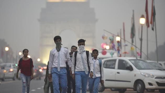 School students covers their face with a handkerchief to avoid thick smog at Janpath Market in New Delhi on November 4, 2016. Delhi ranks fourth for the average annual particulate matter pollution in 2016.(Raj K Raj/HT File Photo)