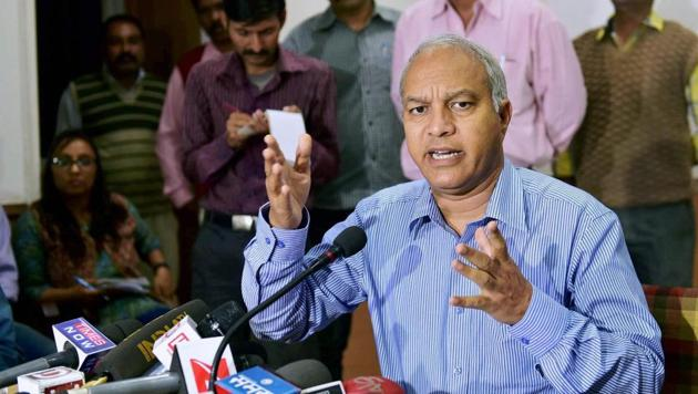 Madhya Pradesh ATS chief Sanjeev Shami addresses a press conference in Bhopal on Thursday in connection with the arrest of 11 suspects on charges of spying for Pakistan.(PTI)
