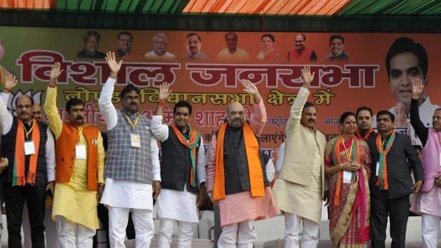 Bharatiya Janata Party president Amit Shah along with union minister Mahesh Sharma, Noida MLA Vimla Batham and BJP candidate for Noida, Pankaj Singh in a rally at Sector 44 in Noida on Sunday.(Sunil Ghosh / HT Photo)
