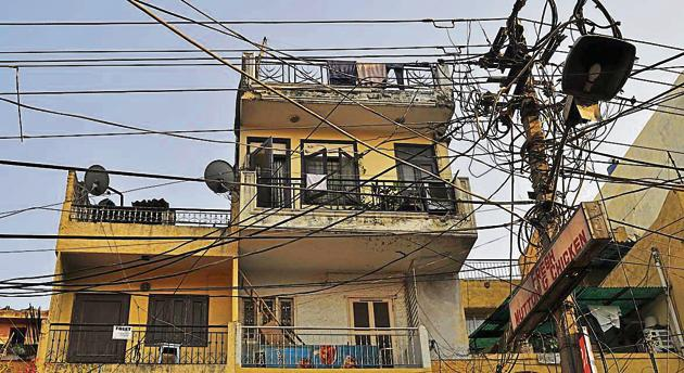 Residents don't mind long power cuts in summer because electricity bills have been cut by half, a key election promise of AAP(HT Photo)