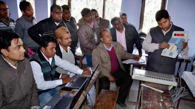 Officials demonstrate about the functioning of Electronic Voting Machines (EVMs) to poll officers at a training camp ahead of the Uttar Pradesh assembly elections in Mirzapur on Friday.(PTI file photo)
