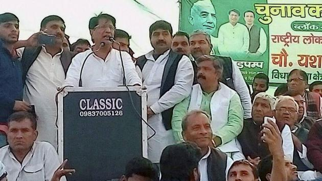 Rashtriya Lok Dal chief Ajit Singh addresses an election rally in Meerut on Feb 7, 2017. Ramkumar Kashyap, the RLD candidate from UP's Nakur, announced that he has joined the BJP just two days before the second phase of assembly election on Feb 15,(PTI)