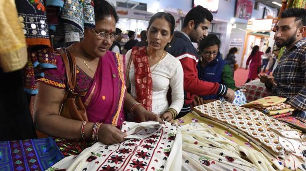 Visitors at the Khadi Gram Udyog pavilion during Trade Fair in New Delhi, 2016.(Sonu Mehta/HT Photo)