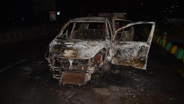 The police said that protesters allegedly stopped a cab returning from Vaishali and poured some inflammable substance before setting it afire. The cab driver Rahul Kumar escaped unhurt.
