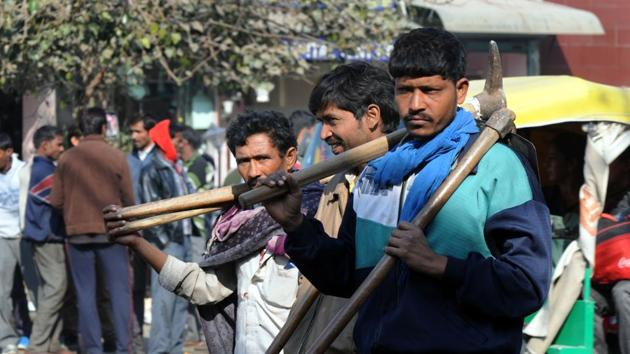 Daily wage workers are waiting for work at labour chowk, in Gurgaon. Domicile provisions in laws relating to work can place migrants at a disadvantage in terms of employment, the panel has said. In India, migrants constitute approximately 29% of the workforce.(Parveen Kumar/Hindustan Times)