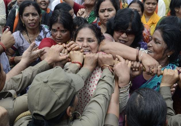 BJP women activists protest against state goverment after the Badaun rape case, Lucknow, June 2, 2014 )(Hindustan Times)