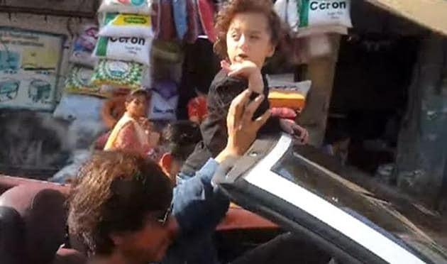 Watch AbRam enjoy a drive with Shah RukhKhan, greet Mumbaikars with flying kis...