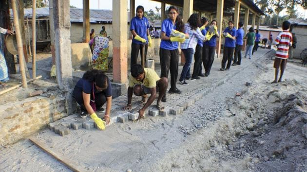 About 850 students of Assam Valley School (AVS) at Balipara contributed Rs 3.5 lakh to pave a 90-metre road to Khelmati weekly market near Balipara.(HT Photo)