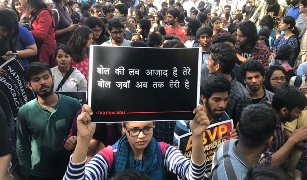 Students of Delhi University and Jawaharlal Nehru University protesting outside Delhi Police HQ.(Ravi Choudhary/HT Photo)
