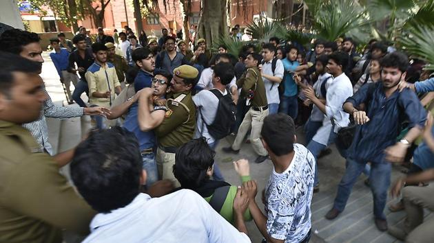 Activists of ABVP clashing with Ramjas students on Wednesday.(Raj K Raj/HT PHOTO)