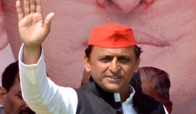 Uttar Pradesh CM Akhilesh Yadav waves to supporters at an election rally in Siddharthnagar on Saturday.(PTI)