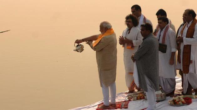 Prime Minister Narendra Modi performs Ganga aarti at Assi ghat in Varanasi.(Ashok Dutta/HT File Photo)