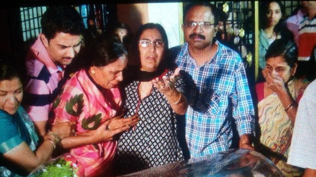 Family members of Indian engineer Srinivas Kuchibhotla grieve over his body at his ancestral residence in Hyderabad on Monday night.(HT Photo)
