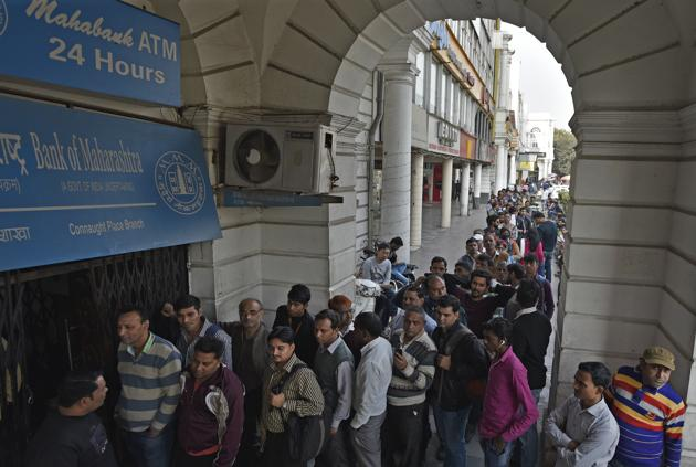 People standing in long queues to dispense currency at a working ATM in New Delhi, India(Ravi Choudhary/HT PHOTO)