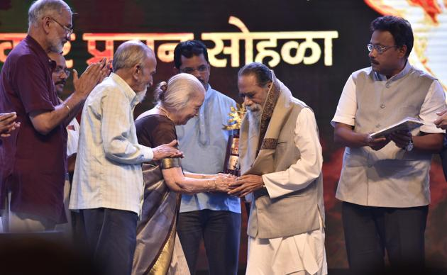Marathi writer Maruti Chitampalli being honoured during Marathi Diwas celebrations at Gateway of India on Monday.(Arijit Sen/HT PHOTO)
