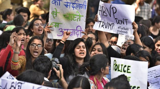 Hundreds of students and teachers hit the streets of Delhi University on Tuesday afternoon to protest against campus violence as more political leaders and sportspeople joined the swirling nationalism row.(Raj K Raj/HT PHOTO)