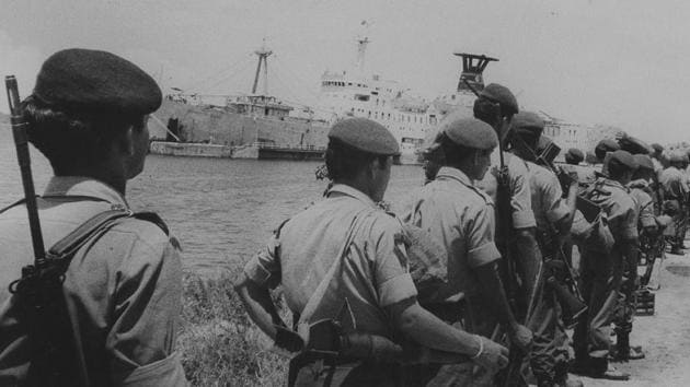 Soldiers of the Indian Peace Keeping Force in Sri Lanka waiting to board the ship back to India.(HT file photo)
