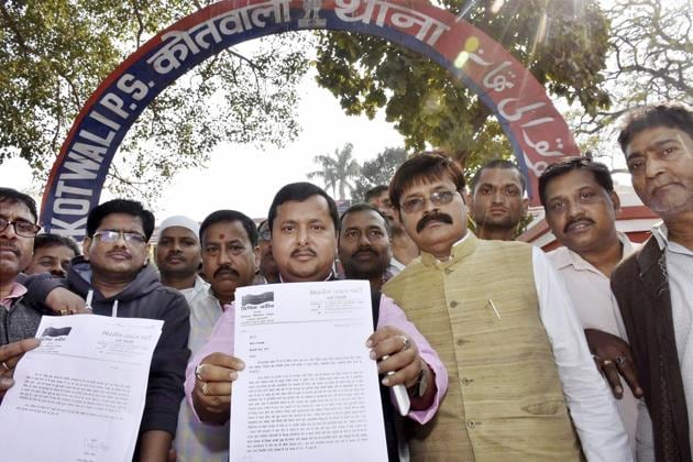 BJP MLA Nitin Navin showing the copy of FIR filed against Bihar's minister for excise and prohibition Abdul Jalil Mastan over his comment on PM Narendra Modi, outside Kotwali police station in Patna.(PTI photo)
