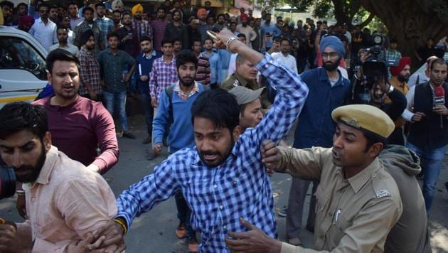 ABVP activists and members of the Students for Society clash at Panjab University in Chandigarh on March 3.(Hindustan Times/File photo)