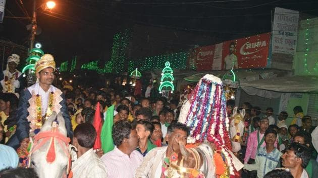 Locals take part in mass wedding procession in Rawatpur village on the outskirts of Kanpur(HT Photo)