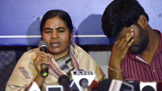 Dalit research scholar Rohith Vemula's mother Radhika with Prasanth Dontha, a student expelled from Hyderabad University, at a press conference in New Delhi on February 26.(Virendra Singh Gosain/ Hindustan Times)