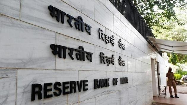 A police officer stands guard in front of the Reserve Bank of India (RBI) head office in Mumbai.(Reuters file)