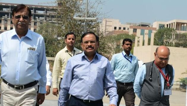 Union health secretary CK Mishra (centre) is flanked by director Dr PK Singh (left) and medical superintendent Dr Umesh Bhadani (right) at AIIMS-Patna.(HT photo)