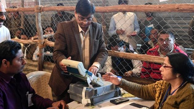 Election official shows an open Electronic Voting Machine (EVM) to political agents at a counting centre in Ghaziabad, Uttar Pradesh, on March 11, 2017.(AFP Photo)