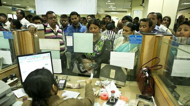Customers queue outside a bank counter(HT photo)