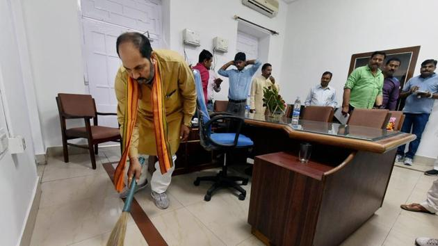 UP Minister Upendra Tiwari sweeping the floor of his office at the state secretariat in Lucknow on Thursday, March 23, 2017.(PTI)