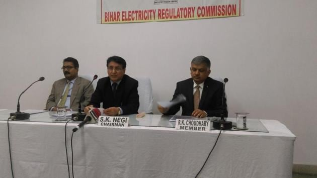 Bihar Electricity Regulatory Commission chairman SK Negi (centre) announcing the new power tariff in Patna.(Ruchir Kumar/HT photo)