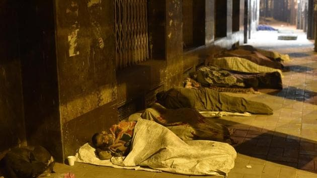The homeless sleep on a pavement on a cold winter night at Asif Ali road in New Delhi.(Vipin Kumar/ Hindustan Times)