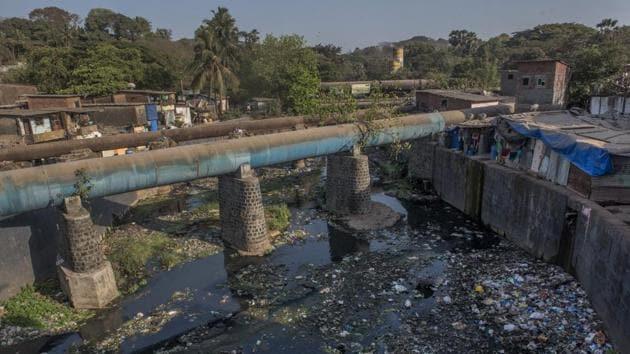 Sorry state of Mithi river at Murtuja Nagar in Powai .(Satish Bate/HT Photo)