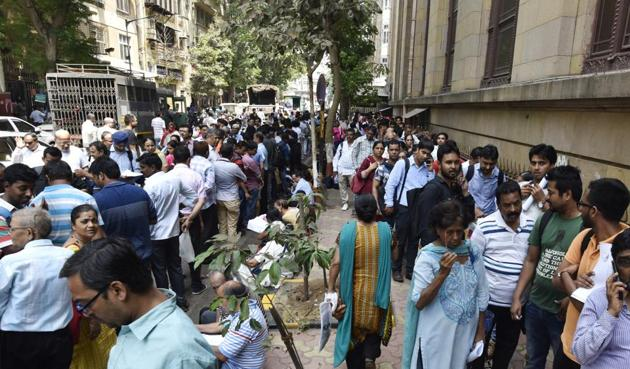 Long queues of people outside RBI as there are only 2 days left to exchange the old 500 and 1000 rupee note at Fort in Mumbai, India.(Pratik Chorge/HT Photo)