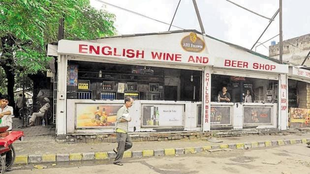 With the Supreme Court making it clear that ban on liquor sale along the highways would also apply to pubs, bars and hotels, Maharashtra would be losing yearly revenue of Rs 7,000 crore, the government said on Saturday.(HT File Photo)