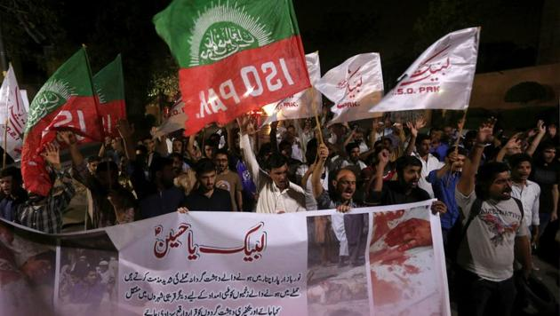 Shia Muslim supporters of the Imamia Student Organization (ISO) hold signs as they chant slogans condemning the blast in Parachinar, during a demonstration in Karachi, Pakistan March 31, 2017.(REUTERS Photo)