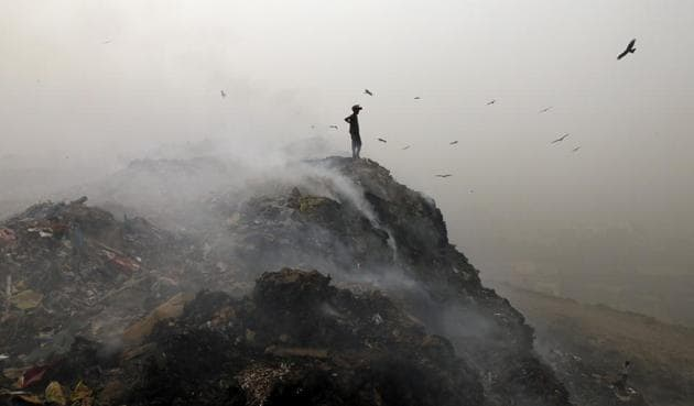 Garbage burning at Bhalswa landfill in Delhi. An online petition has urged the contestants in the April 23 municipal polls to come up with a manifesto for the environment.(Sanchit Khanna/HT Photo)