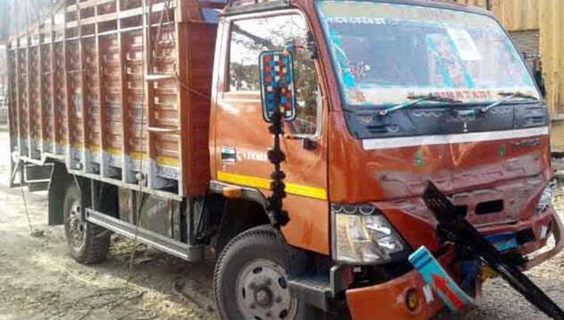 The speeding truck, which rammed a stationary van near Jewar on the Yamuna expressway late Monday night.(HT Photo)