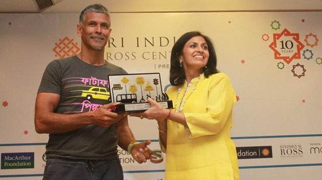 Actor Milind Soman hands over an award to Lalita Tukral of IAmGurgaon.(HT Photo)