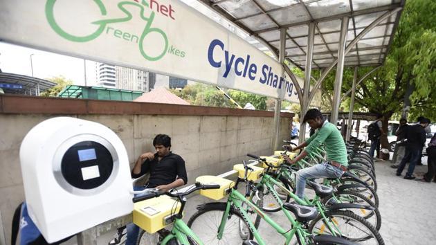 A public bicycle sharing facility outside Barakhamba Metro.(Burhaan Kinu/HT PHOTO)