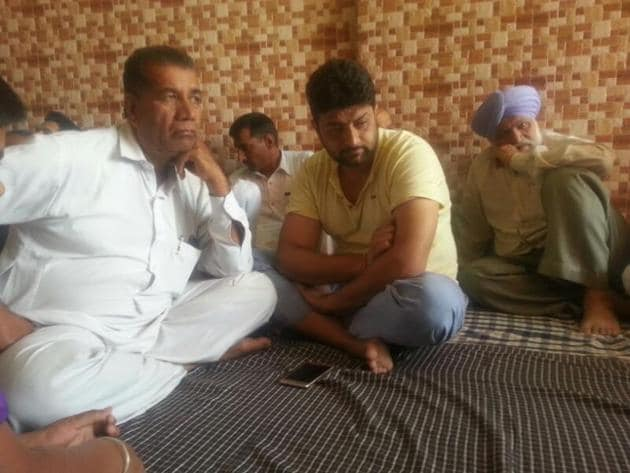 Family and friends mourn the death of Vikram Jaryal at his native village in Jandwal.(Harpreet Kaur/HT Photo)